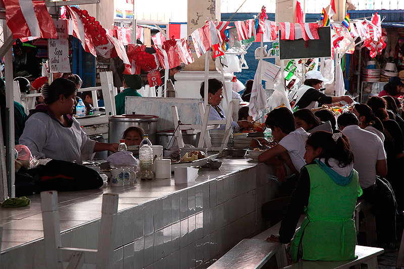 Restaurant au marché San Pedro, Cuzco, Pérou - 2014
