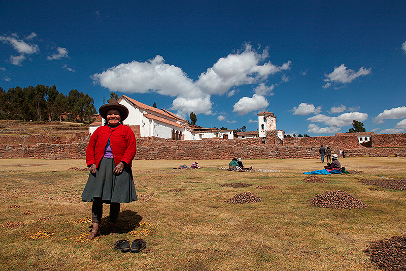 Pelage des patates avec les pieds a Chinchero, Pérou - 2014