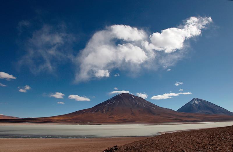 La laguna blanca avec le volcan Licancabur en arrière plan, Sud Lipez, Bolivie - 2014