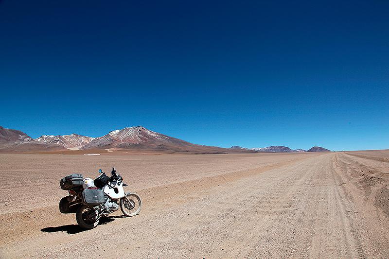 Sur la piste à moto, à travers le désert de Siloli, Sud Lipez, Bolivie - 2014