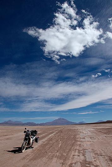 A travers le Salar de Chiguana à moto, Bolivie - 2014