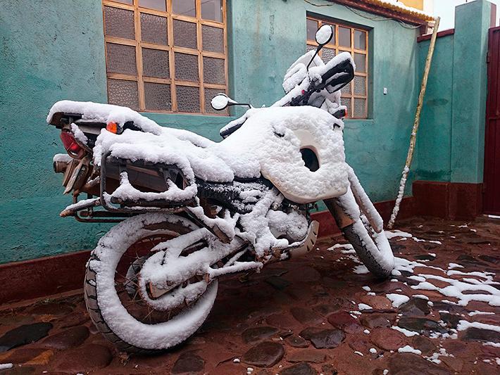 La moto sous la neige, San Pablo de Lipez, Sud Lipez, Bolivie - 2014