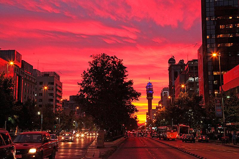 Coucher de soleil flamboyant sur l'avenue Alameda, Santiago, Chili - 2014