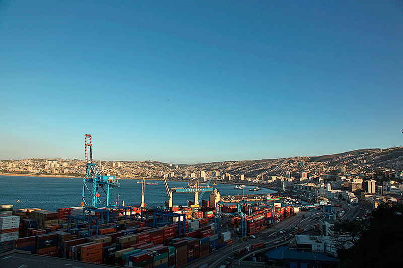 La baie et le port de commerce de Valparaiso, Chili - 2014