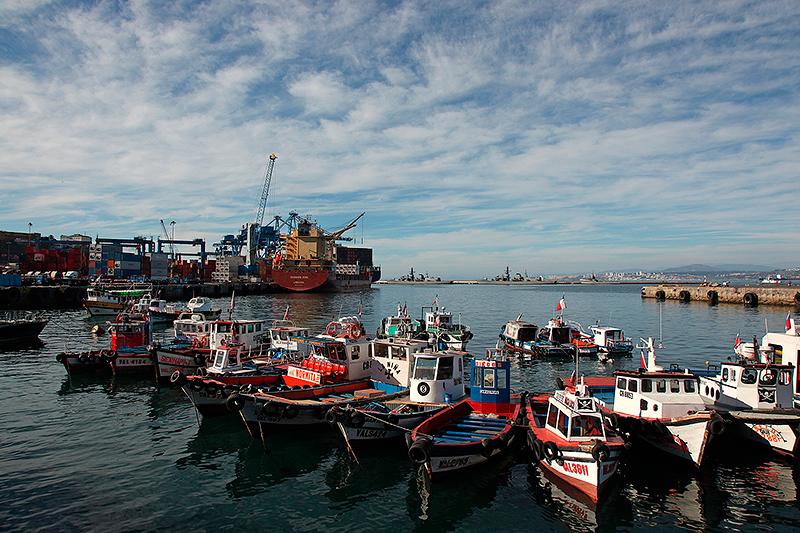 Le port de Valparaiso, vu depuis le Muelle Prat, Chili - 2014