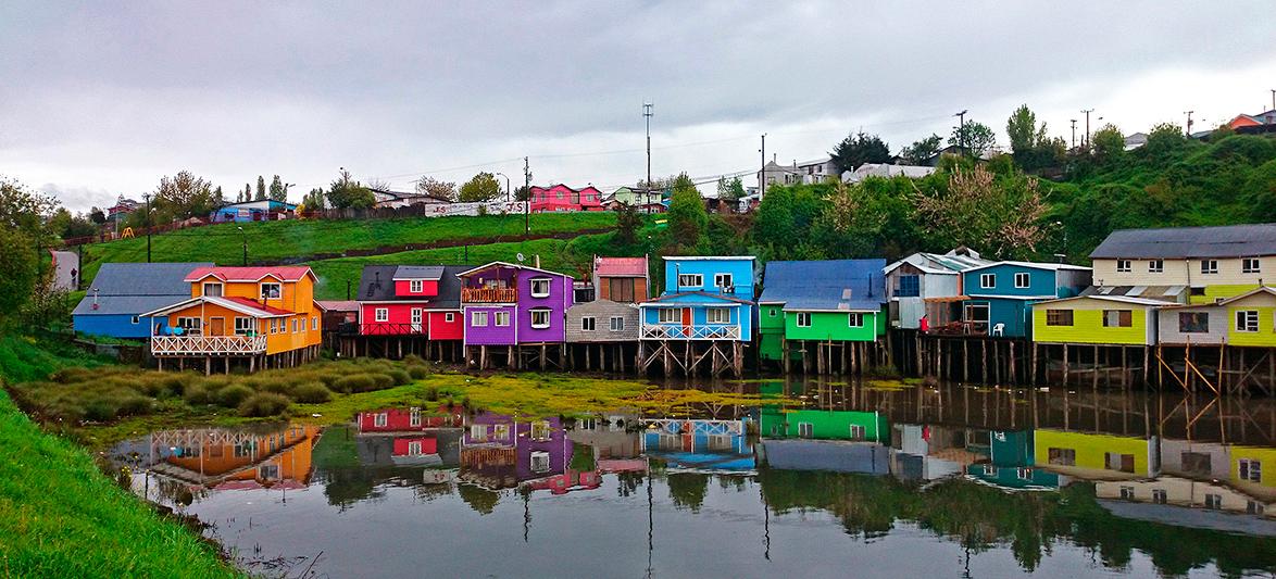 Maisons sur pilotis, richement colorées, Castro, île de Chiloé, Chili - 2014