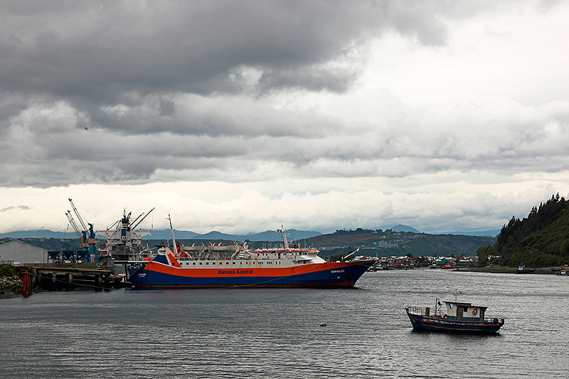 Nuages menaçants sur Puerto Montt, Ferry Don Baldo pour Chaiten, Chili - 2014
