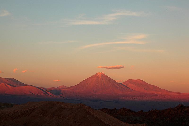Soleil couchant sur le volcan Licancabur, vallée de la lune, San Pedro de Atacama, Chili - 2014