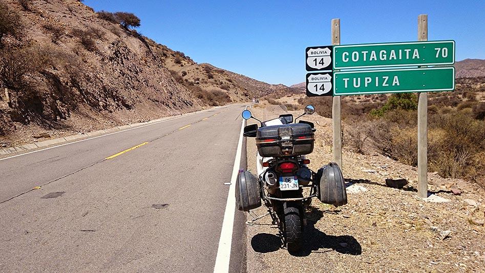 Moto chargée avec les bagages, vue arrière, route de Tupiza, Bolivie - 2014