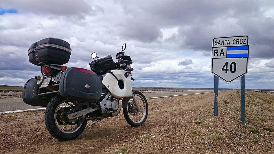 A moto sur la Ruta 40, Santa Cruz, Argentine - 2014