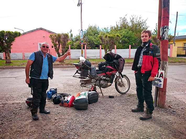 Oscar et Andrzej, réparation de crevaison, Perito Moreno, Argentine - 2014