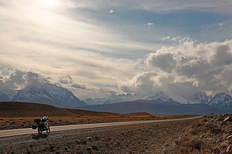 A moto, sur la route d'El Chalten, Patagonie, Argentine - 2014