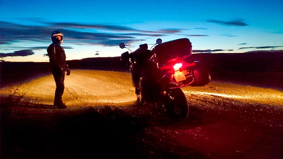 """Stoppé par la nuit sur la """"Ruta 40"""", Patagonie, Argentine - 2014, photo Andrzej Miłosz"""