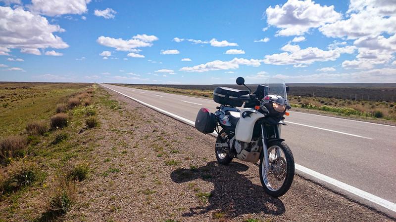 A moto sur la ruta 3, à travers l'immensité de la Pampa, Argentine - 2014