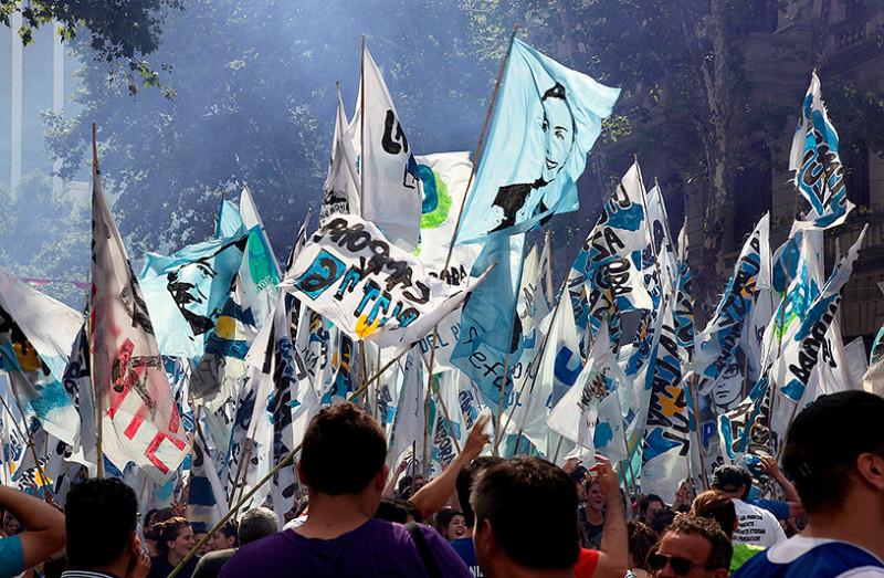 Défilé avec drapeaux, plaza de Mayo, Buenos Aires, Argentine - 2014