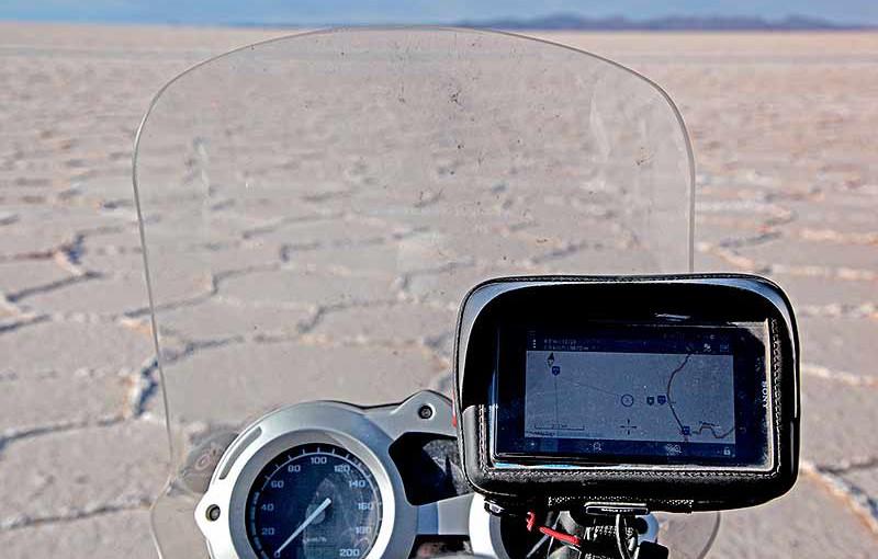 Lecteur gps/smartphone, navigation à moto sur le salar d'Uyuni, Bolivie - 2014