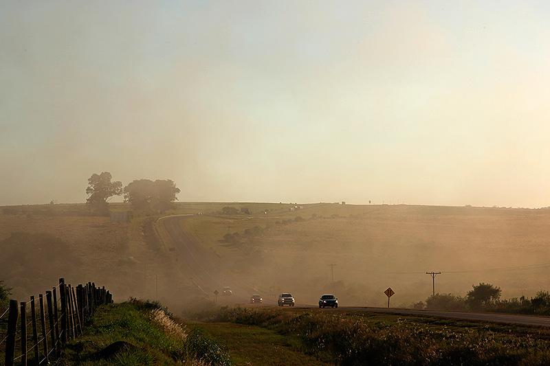 Nuage de poussière sur la route, Posadas, Argentine - 2014