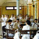 Le groupe de musiciens et les chœurs qui accompagnent la cérémonie, temple Cao Dai de Tay Ninh, Vietnam, 1997