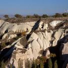 Habitations troglodytiques, en arrière plan le mont Erciyes (Erciyes Dağı), ancien volcan - Environs de Uçhisar, Cappadoce, Turquie, 1999