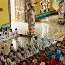 Membres du clergé et dignitaires pendant la messe de midi, temple Cao Dai de Tay Ninh, Vietnam, 1997