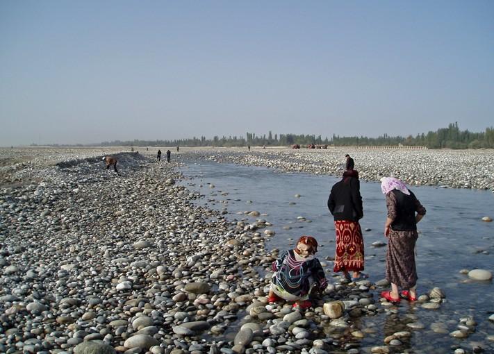 Un groupe de femmes scrute les galets - Hotan, Xinjiang, Chine, 2005