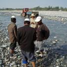 Parfois, un groupe se forme pour examiner une trouvaille - Hotan, Xinjiang, Chine, 2005