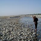 Et ne rechigne pas à scruter le sol d'un oeil expert. Je les laisse à leur recherches - Hotan, Xinjiang, Chine, 2005