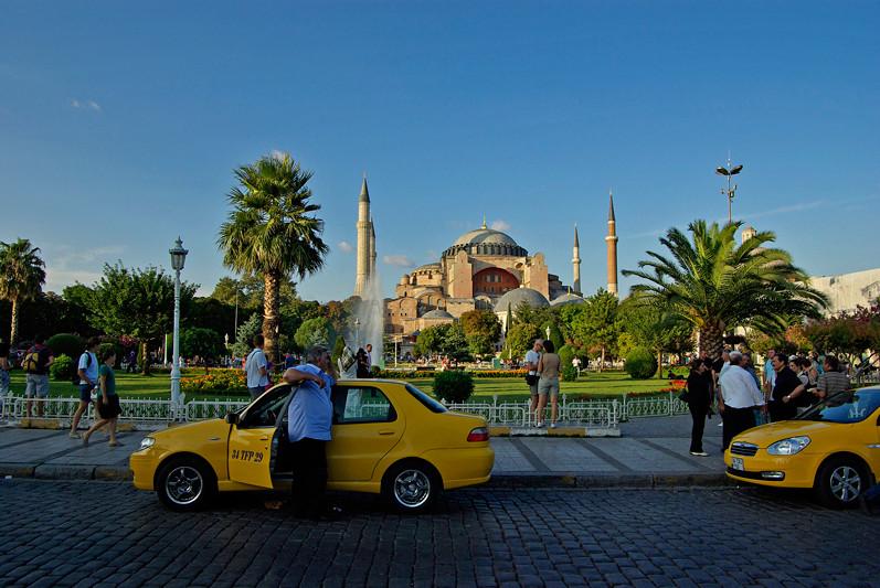 Istanbul, taxis dans le square de Sultanahmet devant Sainte Sophie, Turquie - 2009