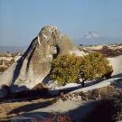 Mimétisme entre une formation de tuf volcanique et le mont Erciyes (Erciyes Dağı) - Environs de Urgüp, Turquie, 1999