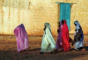 Femmes en tenue de fête colorées dans les rues de Chinguetti
