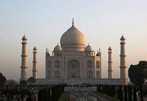 Le jour se lève sur le Taj Mahal à Agra