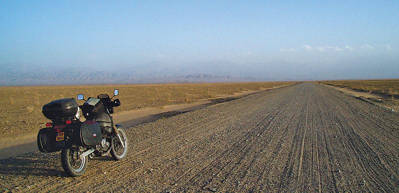Voyage à moto, désert du Taklamakan, sur la piste du sud en direction de Ruoqiang, Chine - 2005