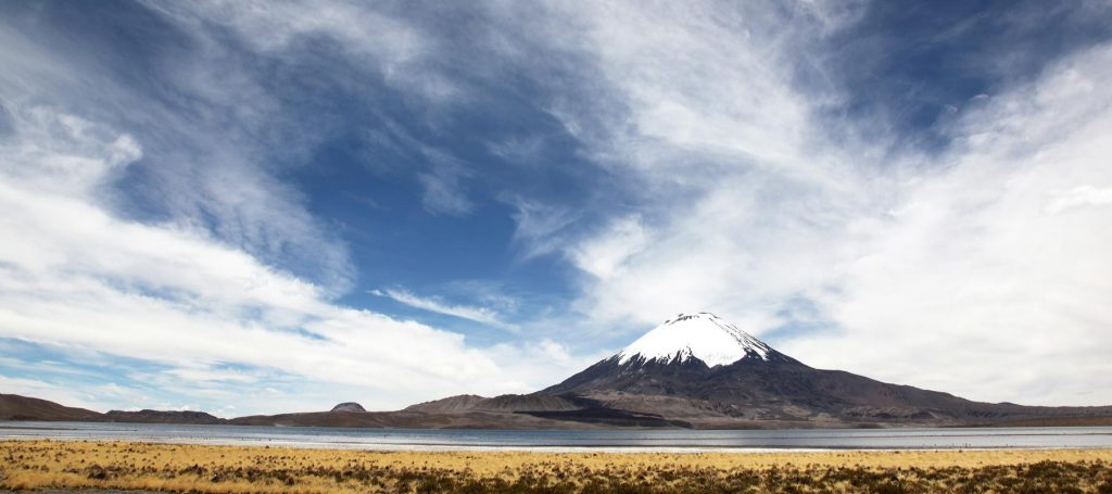 Le volcan Parinacota, frontière Chili - Bolivie.