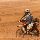 A moto sur une piste sablonneuse, raid de l'amitié, Maroc -1996